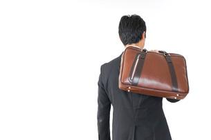 スーツで通勤をするビジネスマンの写真素材 [FYI04724161]