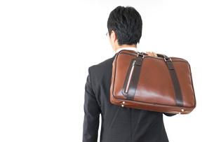 スーツで通勤をするビジネスマンの写真素材 [FYI04724163]