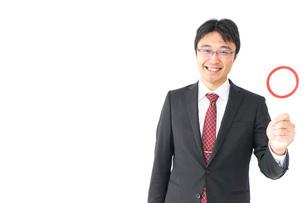 丸印を示すビジネスマンの写真素材 [FYI04724166]