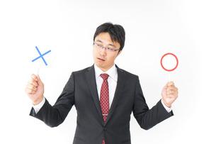 悩むビジネスマンの写真素材 [FYI04724187]