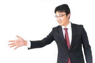 握手をするビジネスマンの写真素材 [FYI04724204]