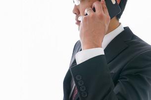 通話するビジネスマンの写真素材 [FYI04724246]