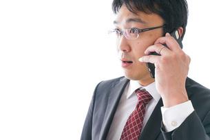 通話するビジネスマンの写真素材 [FYI04724251]