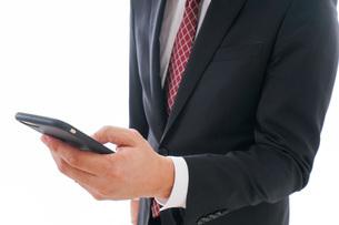 スマホを使うビジネスマンの写真素材 [FYI04724253]