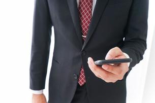 スマホを使うビジネスマンの写真素材 [FYI04724257]