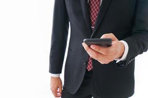 スマホを使うビジネスマンの写真素材 [FYI04724258]