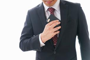 スマホを使うビジネスマンの写真素材 [FYI04724260]
