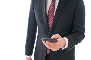 スマホを使うビジネスマンの写真素材 [FYI04724261]