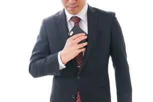 スマホを使うビジネスマンの写真素材 [FYI04724262]