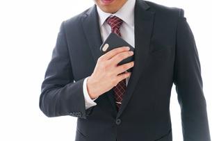 スマホを使うビジネスマンの写真素材 [FYI04724266]
