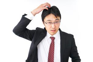 身だしなみを整えるビジネスマン・抜け毛イメージの写真素材 [FYI04724280]