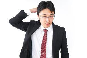 身だしなみを整えるビジネスマン・抜け毛イメージの写真素材 [FYI04724281]