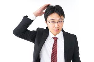 身だしなみを整えるビジネスマン・抜け毛イメージの写真素材 [FYI04724282]