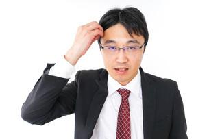 身だしなみを整えるビジネスマン・抜け毛イメージの写真素材 [FYI04724288]