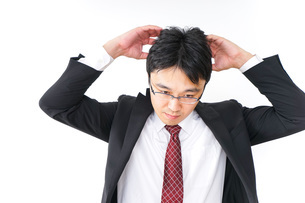 身だしなみを整えるビジネスマン・抜け毛イメージの写真素材 [FYI04724291]