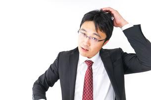 身だしなみを整えるビジネスマン・抜け毛イメージの写真素材 [FYI04724293]