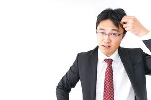 身だしなみを整えるビジネスマン・抜け毛イメージの写真素材 [FYI04724296]