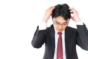 身だしなみを整えるビジネスマン・抜け毛イメージの写真素材 [FYI04724297]