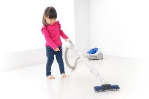 掃除機をかける子どもの写真素材 [FYI04724320]