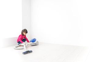 掃除機をかける子どもの写真素材 [FYI04724322]