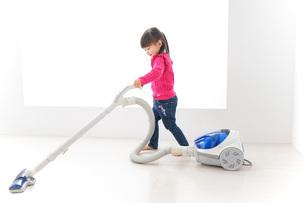 掃除機をかける子どもの写真素材 [FYI04724323]