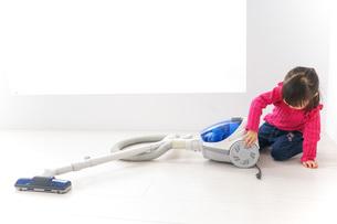 掃除機をかける子どもの写真素材 [FYI04724324]