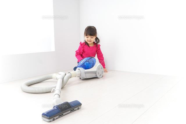 掃除機をかける子どもの写真素材 [FYI04724326]