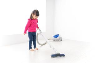 掃除機をかける子どもの写真素材 [FYI04724327]