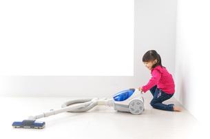 掃除機をかける子どもの写真素材 [FYI04724328]