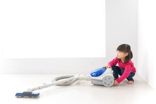 掃除機をかける子どもの写真素材 [FYI04724331]