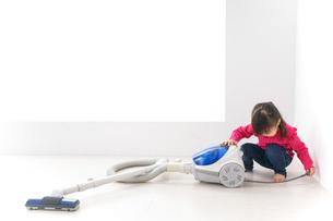 掃除機をかける子どもの写真素材 [FYI04724332]
