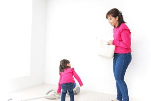 家事の手伝いをする子どもの写真素材 [FYI04724345]