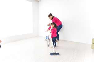 家事の手伝いをする子どもの写真素材 [FYI04724346]