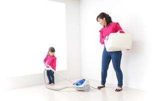 家事の手伝いをする子どもの写真素材 [FYI04724348]