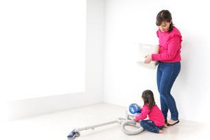 家事の手伝いをする子どもの写真素材 [FYI04724350]