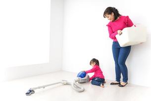 家事の手伝いをする子どもの写真素材 [FYI04724352]