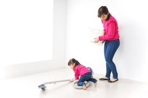 家事の手伝いをする子どもの写真素材 [FYI04724353]