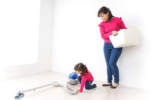 家事の手伝いをする子どもの写真素材 [FYI04724354]