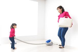 家事の手伝いをする子どもの写真素材 [FYI04724355]