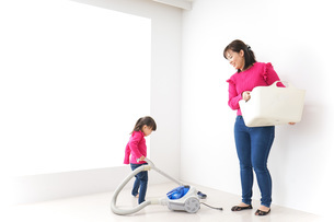家事の手伝いをする子どもの写真素材 [FYI04724356]