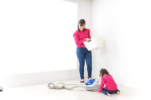 家事の手伝いをする子どもの写真素材 [FYI04724358]