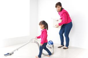 家事の手伝いをする子どもの写真素材 [FYI04724362]