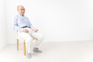 イスに座る高齢の男性の写真素材 [FYI04724365]