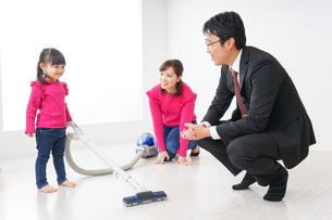 仕事に行くお父さんと母娘の写真素材 [FYI04724377]