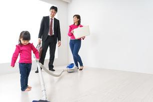 仕事に行くお父さんと母娘の写真素材 [FYI04724384]