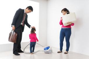 仕事に行くお父さんと母娘の写真素材 [FYI04724386]
