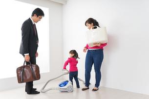 仕事に行くお父さんと母娘の写真素材 [FYI04724387]
