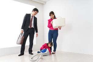 仕事に行くお父さんと母娘の写真素材 [FYI04724388]