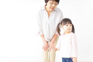 おばあちゃんと孫娘の写真素材 [FYI04724393]