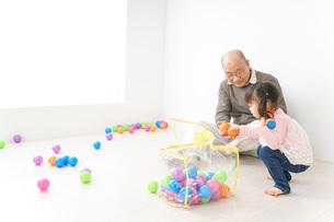 子供と遊ぶおじいちゃんの写真素材 [FYI04724397]